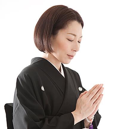 1. 神前の前に進み、神官の前で、一礼。2. 玉串を受取、左手で下から支え、右手で根元を持ち、神前まで進む。
