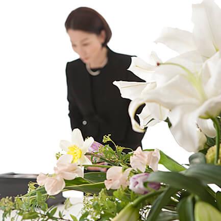 神式では仏式の焼香の代わりに玉串奉奠を行います。※玉串奉奠の作法は宗旨、地域により異なります。