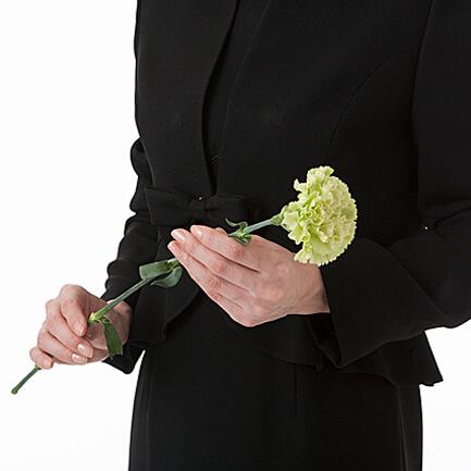 1. 花が右、茎が左に受け取り、献花台まで進みます。