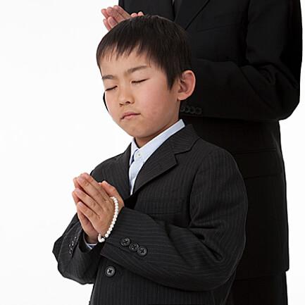 1. ご霊前又は焼香所まで進み、手を合わせて軽く拝礼。